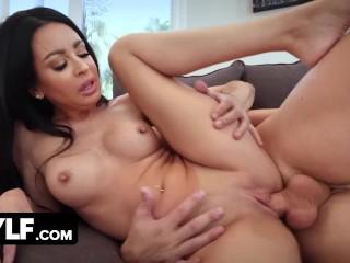 Szép arcú és gyönyörű testű nő szexel a barátjával.