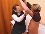 Fiatal csávó nem tud elszakadni anyjától ezért inkább őt keféli, minthogy csajt szerezzen magának.