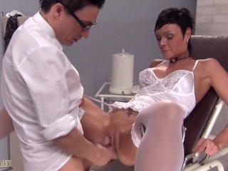 Milf csajszit alaposan megvizsgálja a doktor - Humping the doctor