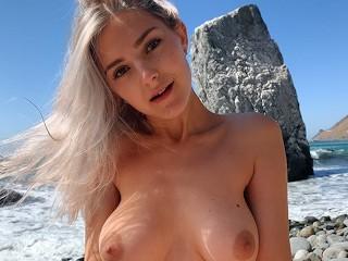 Eva Elfie a kaliforniai nyilvános parton kúr