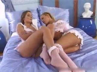 Maya Gold élő striptease show-t ad