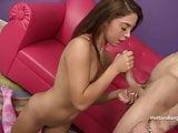 Gigi Rivera kefél a fagyiárus sráccal