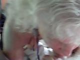 Így szopja a faszt egy igazán idős nő. Nagyi lelkesen szopja a nagyapa löttyedt farkát.