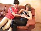 Orosz anya fia szex a kanapén