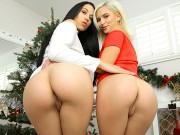 Szexi leszbi csajok egymásnak örülnének leginkább karácsonyra. Az ajándékkészítés közben nem bírnak magukkal és kezdetét veszi egy jó kis leszbi szex. Mikulás sapka a fejre, dildo a seggbe és mehet a móka.
