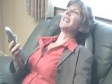 Mature nő élvezi a masszírozószék vibrálását