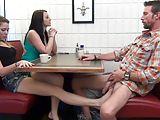 Apa lánya lábszex és szopás az asztal alatt