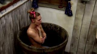 Egymást fürdetik a Farm játékosai
