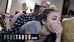Apa és lánya a nappaliban kefél