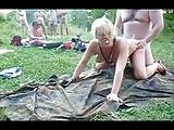Amatőr módon ganbang szex folyik a parkban egy szőke mature kúrvával