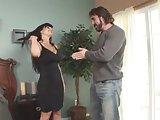 Lisa Ann a fekete pornósztár profin ül a nyeregbe és szopja tövig a kemény faszt, majd kefélnek a lehető legextrémebb pózokban.