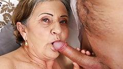 Nagyi keményen masszíroz, hogy a faszt felállítsa, imádja a fiatal fasszal a szexet, a pináját is nyalatja vele a mature picsa az orál élvezetekért.