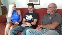 Tini srác anyjával és apjával a szobában