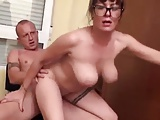 Mature nő a nála fiatalabb unokatestvérével kefél