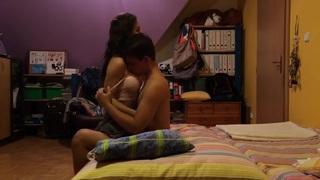 Magyar tinik élvezik egymást testét, a lány amatőr orális szexel kezd, majd a rúdra ül.