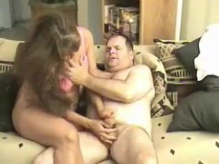 Tévét néz a férj, mikor jön a feleség, és kézi munkával állítja a dákót az egekbe.