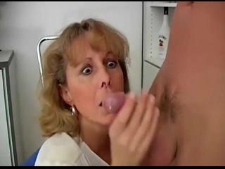 Érett anyuka fiát oboázza