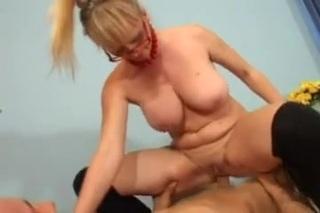 Mature nagyi pináját keféli a tini fasz kemény szopkodás után, a nagyi élvezi az amatőr szexet.