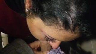 Szexi roma lány szopja a hatalmas faszt