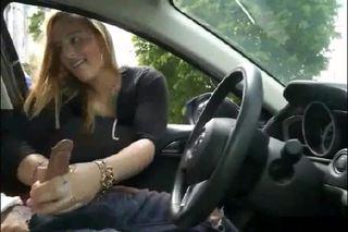 Kézimunka a kocsiban a milftől