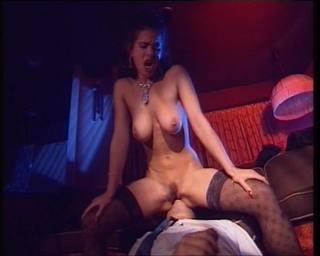 A magyar pornós imádja a kemény szexet, hátulról ülve kefélik meg keményen a bárban.