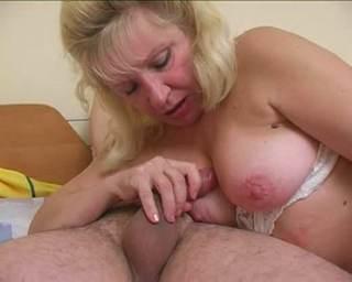 Szőke MILF anyuka imádja a fiatal faszt