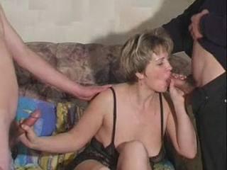 Faszra éhes anyuka házipornója, a faszopó ribanc mostoha fiát és haverját is kielégiti