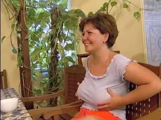 Magyar perverz MILF Molly a duci ribanc anyuka imádja a faszt! Féképp ha az átlagnál nagyobb és minden lukát szétdugja!