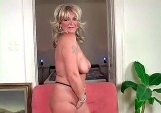 Pornós nagyi, Karola ismét egy kellemes kefélésbe csöppen - ez a perverz idősebb picsa igazán élvezi a hobbiját!