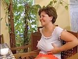 Szeximádó magyar nagy szőrös pináját kúrják a konyhában, az öreg picsa vidáman élvezi a baszást