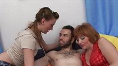 Perverz testes anyuka lányával és barátjával kefél, egy jó kis hármas szexnél nincs is jobb!
