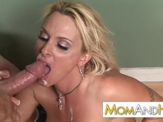 Szőke nagymellű pornós picsa hollyt kőkeményen megszopatják majd televerik a száját anyaggal.