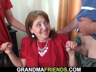 A fiatalság forrása a rengeteg szex - álítja ez a fiatal nagymama, aki minden héten szétkefélteti magát több fiatal pasival