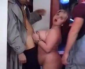 Hatalmas csöcsű magyar dagi ribanc két pasival kefél