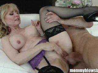 Fiatal tini srác keményen megbassza a szexi dögös nagymellű baszni való mature érett anyukát.