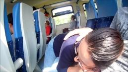 Fiatal pár nem birják türtőztetni magukat és a vonaton menet közben pipantja le a pasiját a bevállalós picsa.