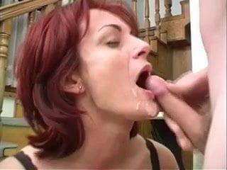 Szőrös pinájú magyar anyuka pornózik egy nagyot fiatal barátjával.