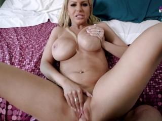 Nevelő anyuci belép a szobába, miközben fia pornót néz és veri a faszát. Kézbe és szájba veszi a dolgokat. Utána rögtön ráül pinájával is.