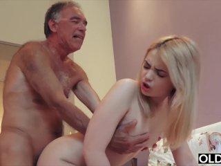 Beteg öreg perverz nagyfater megkúrja a saját unokáját, beteg családi szex.