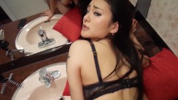 Fiatal japán formás tinilány nagyon megkapja a mosdóban, láthatóan imádja is a szexet.