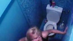 VV Kata szopatása a wc-n