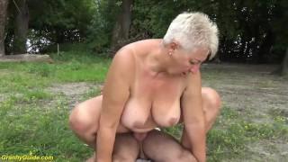 Idősebb nőt basszák a tóparton.