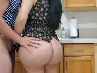 Kiéhezett anyuci elődobja melleit a konyhában, majd leül a padlóra masztizni. Fia megvizsgálja pináját. Hagyja, hogy lehúzza gatyáját és leszopja álló faszát ezen az ingyen szexfilmen.