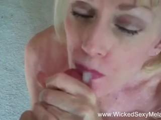 54 éves nő kibontja 21 éves csávó nadrágját, majd előbűvöli faszát. Rögtön szájába veszi és kézimunkázik. Addig bűvöli és kényezteti lassan, míg beleélveznek szájába.