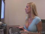 Allie netes ismerőseinek mutatja meg hogyan kézimunkázik lakótársán.