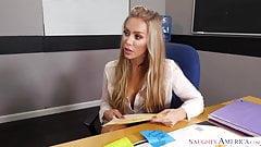 Nicole Aniston az érett tanárnőt hátulról betámadja diákja, először ellenkezik, majd hagyja, hogy kinyalják pináját az íróasztalon. Punci nyalás közben csávó veri a faszát. Kúrás közben szopatja a tanárnőt.