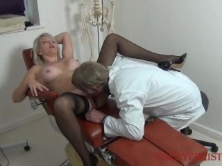 Doctor fogadja páciensét, levetkőzteti. Megujjazza pináját, majd ráhúzza fejét faszára. Megkúrja a székben.