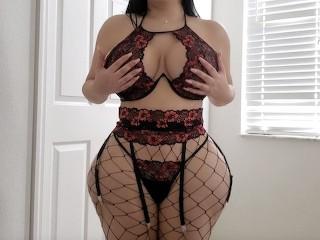 Crystal Lust a nagy seggű milf bemutatja testét mivoltál szexi fehérneműben. Rázza seggét, majd csöcseivel a középpontban el kezdi verni a faszt. Beleül a faszba és meglovagolja.