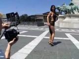 Egy kis fotózás, szopatás, dugás a bámészkodó turisták előtt. Bárki beszállhat, nem túl szégyenlős a kislány.
