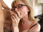 Idősebb szőke nő